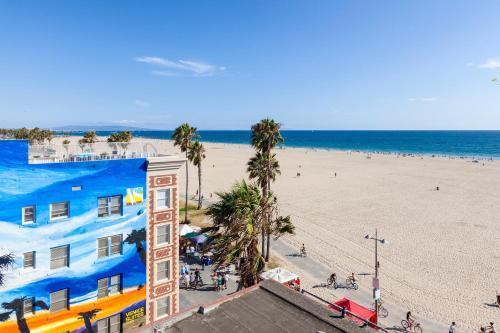 נוף של הבריכה ב-Venice Suites או בסביבה