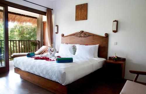 A bed or beds in a room at Ubud Dedari Villas
