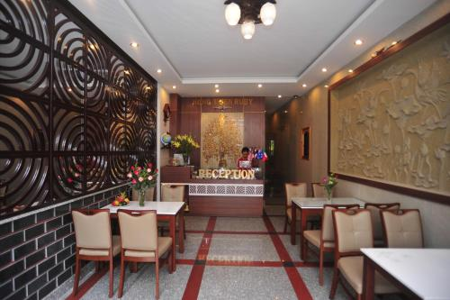 A restaurant or other place to eat at Hong Thien Ruby Hotel