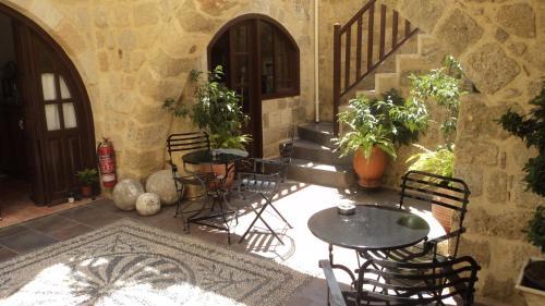 Патио или другая зона на открытом воздухе в Camelot Traditional & Classic Hotel