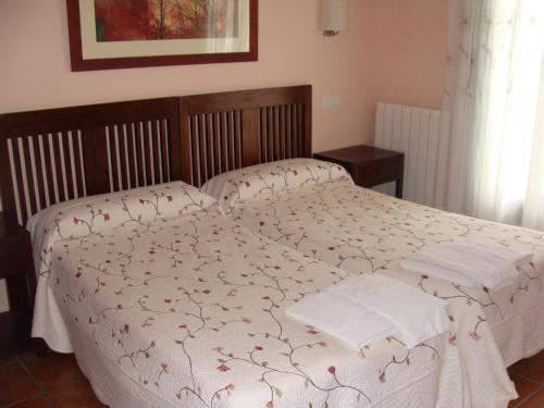 A bed or beds in a room at Hotel Rural La Henera