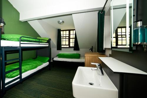 A bathroom at YHA Snowdon Pen-y-Pass