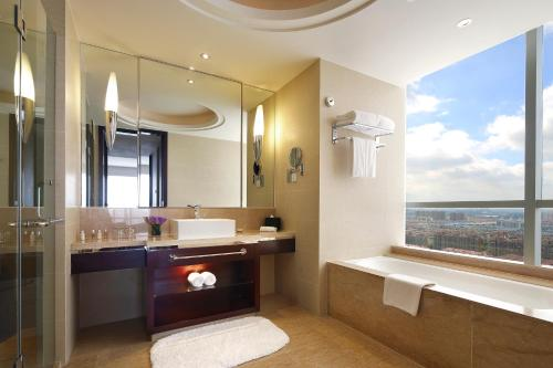 A bathroom at The QUBE Hotel Shanghai – Pudong International Airport