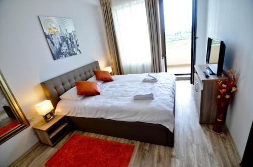 Un pat sau paturi într-o cameră la Summerland New York Exclusive Apartment - Mamaia