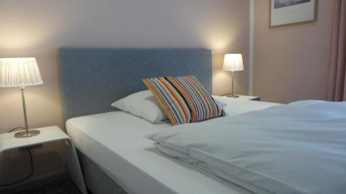 A bed or beds in a room at Hotel Alt - Tegel