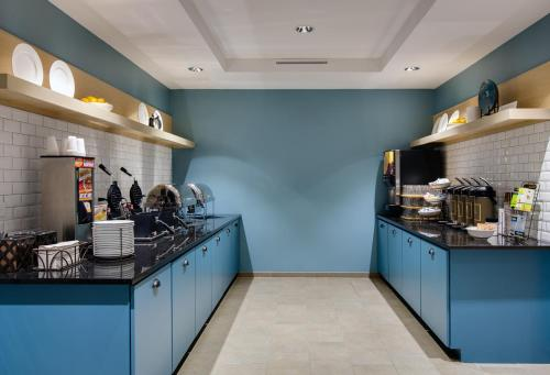 A kitchen or kitchenette at Country Inn & Suites by Radisson, Springfield, IL