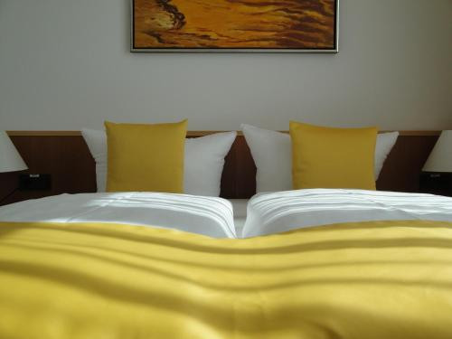 A bed or beds in a room at Akademiehotel Dresden