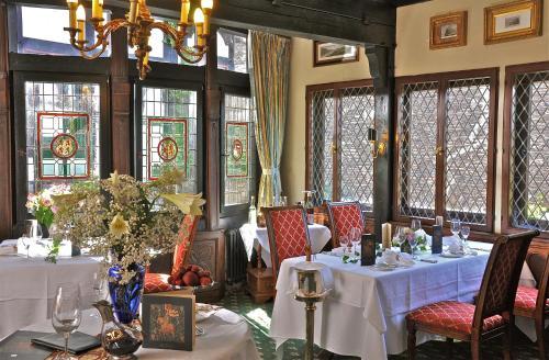 A restaurant or other place to eat at Burghotel auf Schönburg