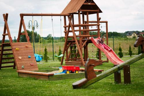 Plac zabaw dla dzieci w obiekcie Domki Sonar