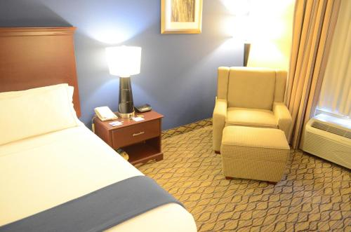 A bed or beds in a room at Holiday Inn Express Hotel & Suites Houston-Downtown Convention Center