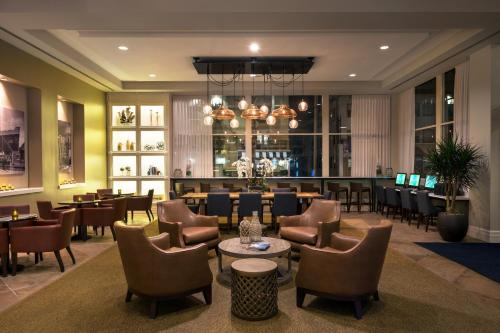 The lounge or bar area at Courtyard by Marriott Long Beach Downtown