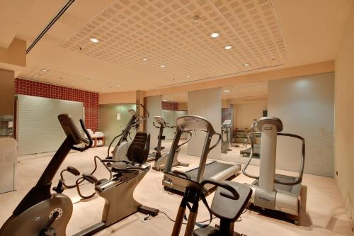 The fitness center and/or fitness facilities at Rafaelhoteles Badalona