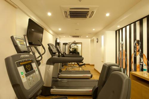 The fitness centre and/or fitness facilities at Lemon Tree Hotel Chandigarh