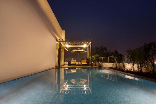 The swimming pool at or close to Lemon Tree Hotel Chandigarh