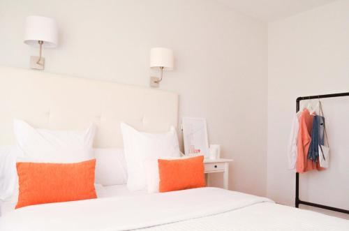 A bed or beds in a room at Hostal Carlos V