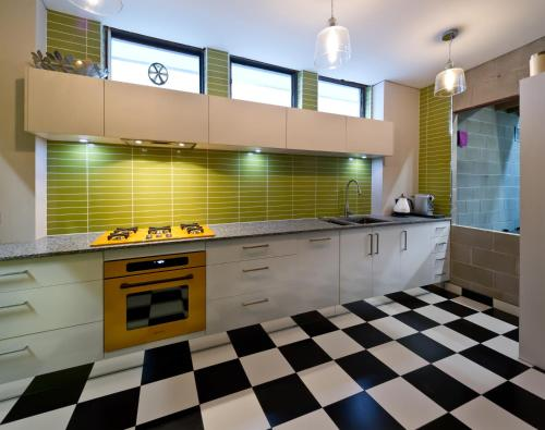 A kitchen or kitchenette at Retro House