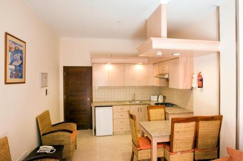 O bucătărie sau chicinetă la Senator Hotel Apartments