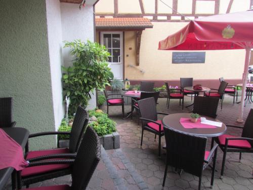 Ein Restaurant oder anderes Speiselokal in der Unterkunft Hotel Zum Erker