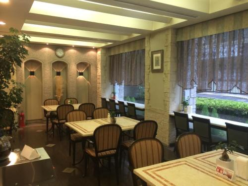 A restaurant or other place to eat at Hotel Sunroute Patio Omori