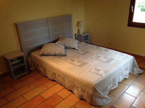 A bed or beds in a room at B&B Les Volets bleus