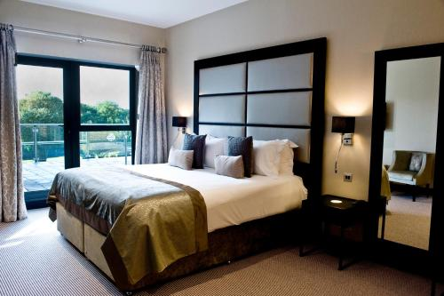 A bed or beds in a room at The Lodge at Kingswood