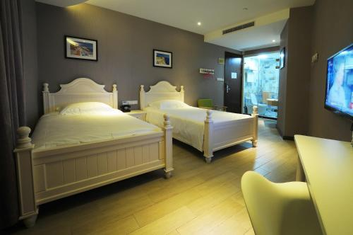 A bed or beds in a room at Shanghai Chi Chen Boutique Hotel
