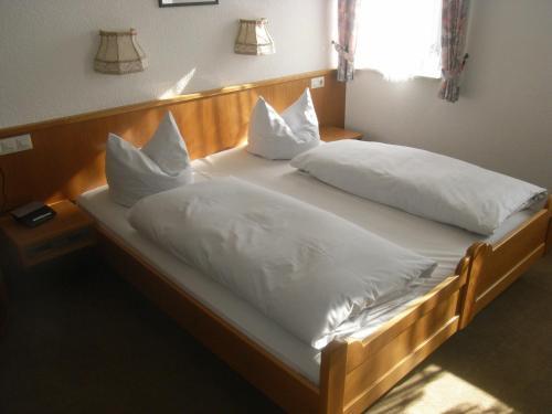 Ein Bett oder Betten in einem Zimmer der Unterkunft Gasthof Goldenes Lamm
