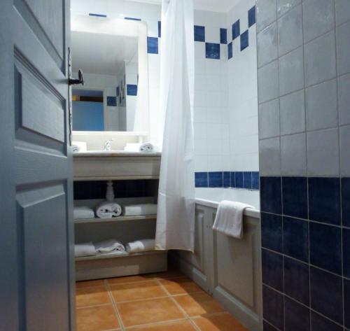 Salle de bains dans l'établissement Appart'hôtel Victoria Garden La Ciotat