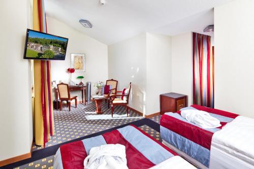 Ein Bett oder Betten in einem Zimmer der Unterkunft Hôtel aux Remparts