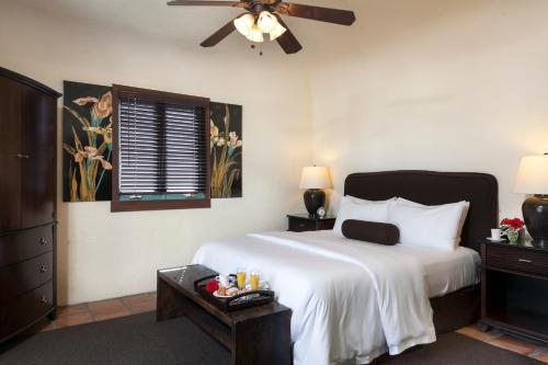 Ein Bett oder Betten in einem Zimmer der Unterkunft Spanish Garden Inn