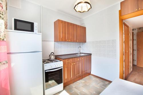 A kitchen or kitchenette at Busines Brusnika Apartment Tyoply Stan