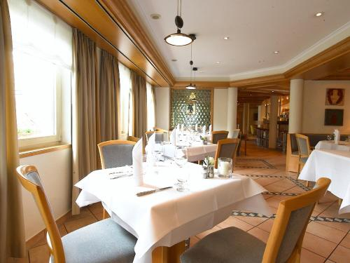 Ein Restaurant oder anderes Speiselokal in der Unterkunft Hotel Am Park