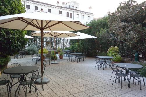 Un patio o zona al aire libre en Hotel Belle Arti