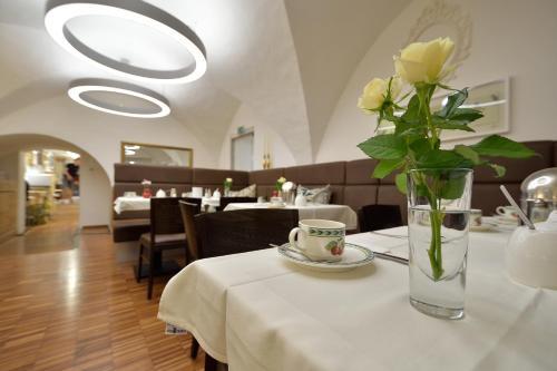 Ein Restaurant oder anderes Speiselokal in der Unterkunft Hotel zum Goldenen Schiff