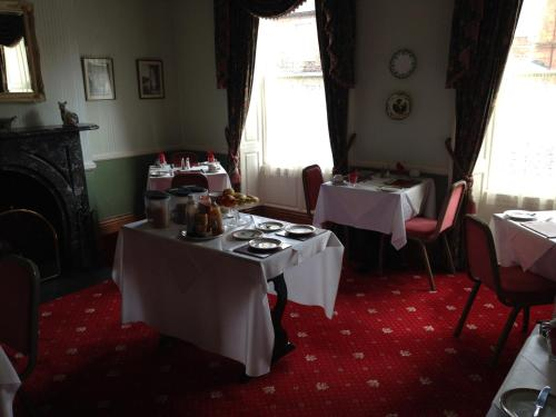 A restaurant or other place to eat at Kirkgate House Hotel
