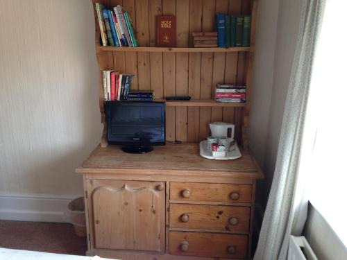 A television and/or entertainment centre at Kirkgate House Hotel