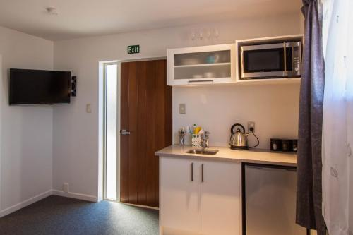 A kitchen or kitchenette at Springfield Motel and Lodge