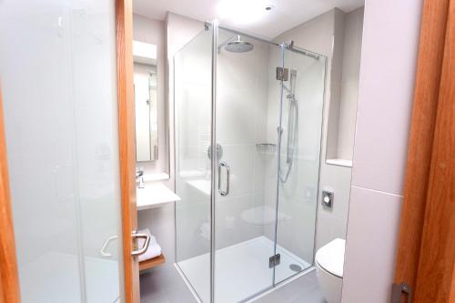 A bathroom at PREMIER SUITES PLUS Dublin, Ballsbridge