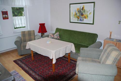 Ein Sitzbereich in der Unterkunft Apartments Gästehaus Im Lindenhof