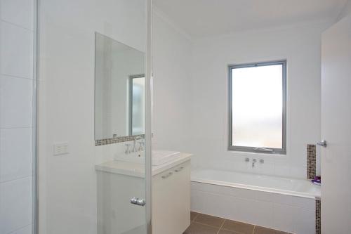 A bathroom at Beach & Golf Stays, Australia