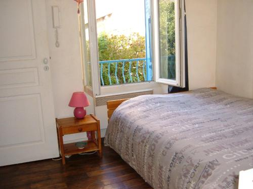 A bed or beds in a room at Le Jardin de Cécile et Benoit - Bed and Breakfast