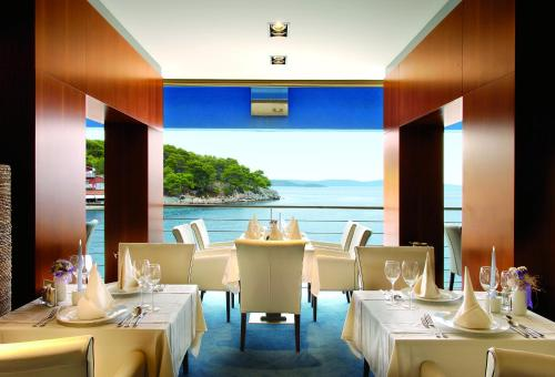 A restaurant or other place to eat at Hotel Maxim