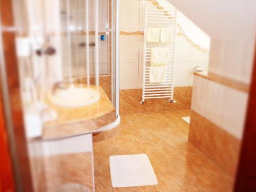 A bathroom at Altstadthotel Mosser