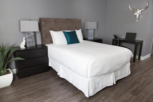 A bed or beds in a room at Oasis at Gold Spike