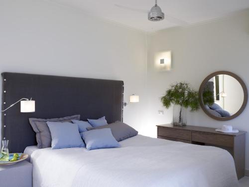 Łóżko lub łóżka w pokoju w obiekcie Sirene Blue Resort