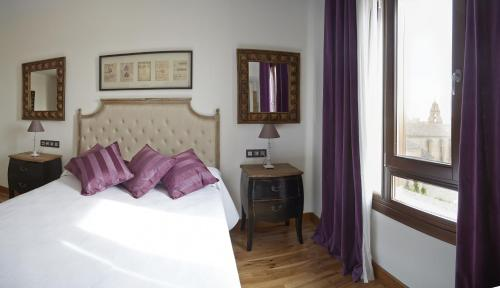 A bed or beds in a room at Hotel Rural Doña Berenguela