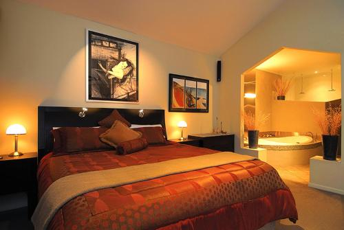 A bed or beds in a room at Romantic Getaways at Riverview Rise Retreats