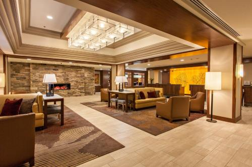 The lobby or reception area at DoubleTree by Hilton Pittsburgh-Green Tree