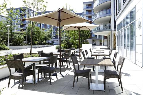 A restaurant or other place to eat at Novotel London Brentford