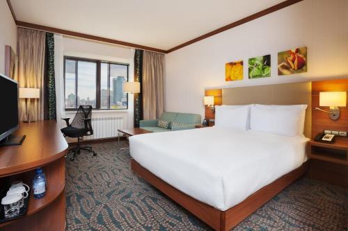 سرير أو أسرّة في غرفة في هيلتون غاردين ان أستانا